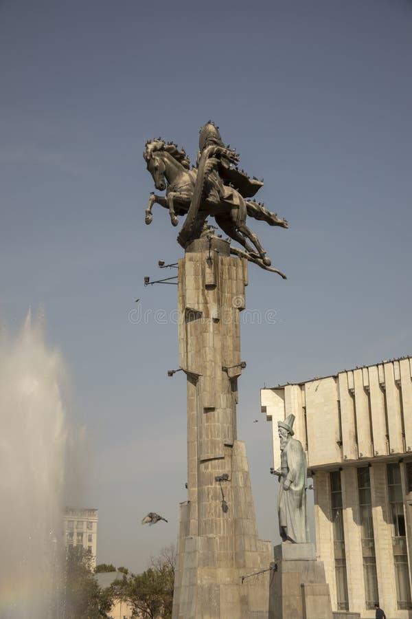 Estatuas y fuente en Manas Monument, Bishkek, Kirguistán fotos de archivo libres de regalías