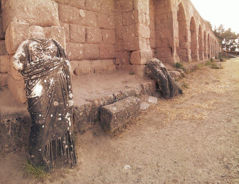 Estatuas y pared del templo de Asklepion foto de archivo