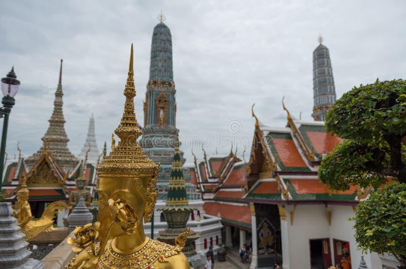 Estatuas y templos en el palacio magnífico de Bangkok, Tailandia fotografía de archivo