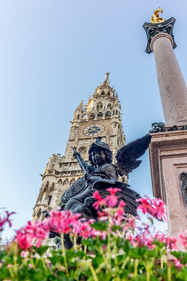 Estatuas y torre en el Marienplatz de Munich en Alemania fotos de archivo