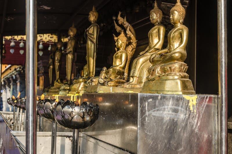 Estatuas y velas de Buda imágenes de archivo libres de regalías