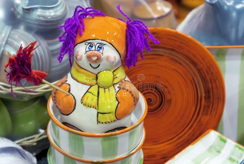 Estatueta cerâmica de um boneco de neve em uma loja de lembranças foto de stock royalty free