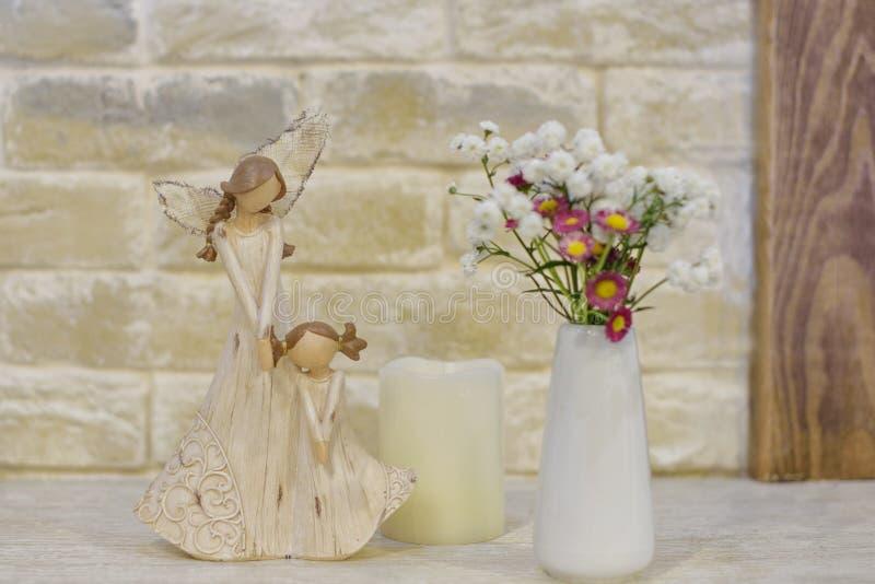 Estatueta de madeira da mãe e da filha fotografia de stock royalty free