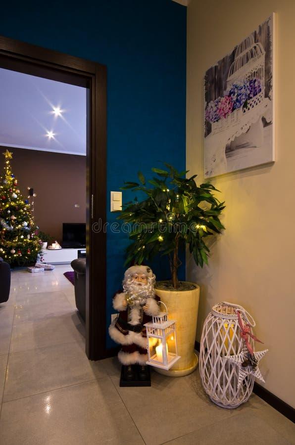 Estatueta de Santa Claus no canto da sala do salão fotografia de stock
