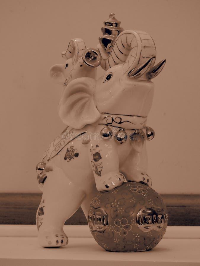 Estatueta do elefante com filtro do Sepia imagens de stock royalty free