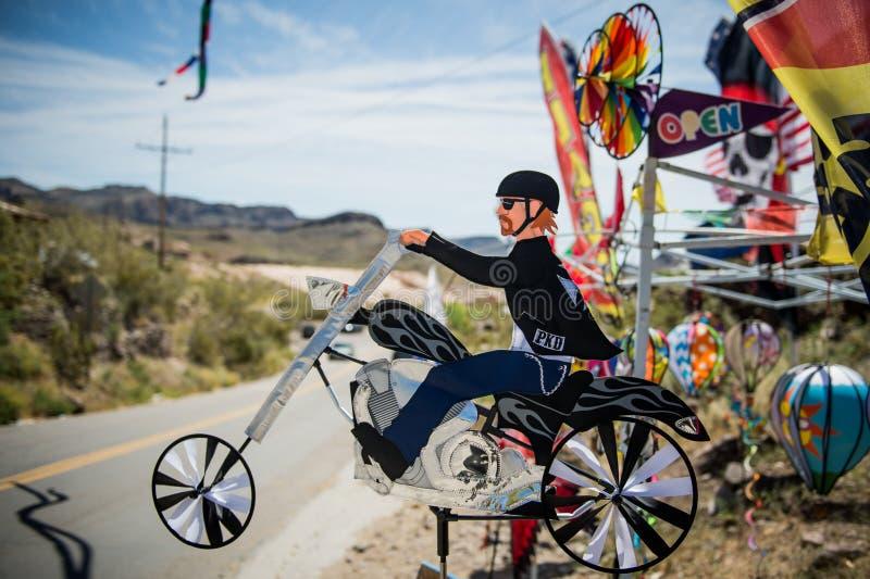 Estatueta do motociclista na cidade de Oatman em Route 66 no Arizona imagens de stock royalty free