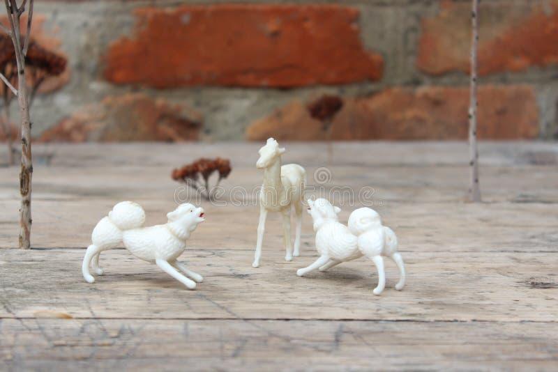 Estatueta dos cervos e do cão imagens de stock royalty free