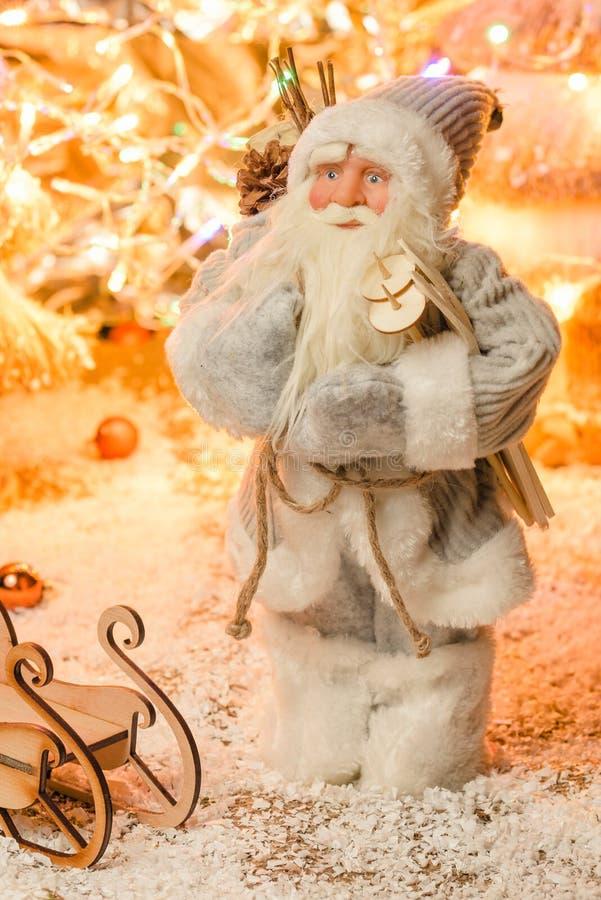 Estatueta moderna Santa Claus para cartões de Natal com seletivo imagens de stock royalty free