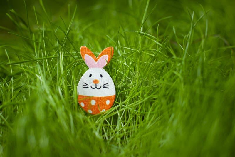 Estatueta pequena do ovo da p?scoa de um coelho fotografia de stock royalty free