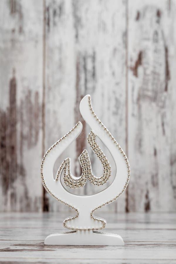 Estatueta religiosa branca com o nome de Allah imagem de stock