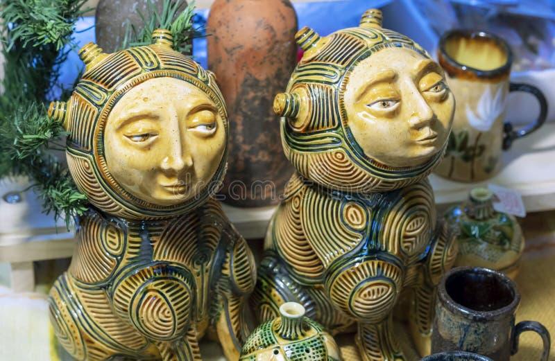 Estatuetas cerâmicas de animais da fantasia com um rosto humano fotografia de stock