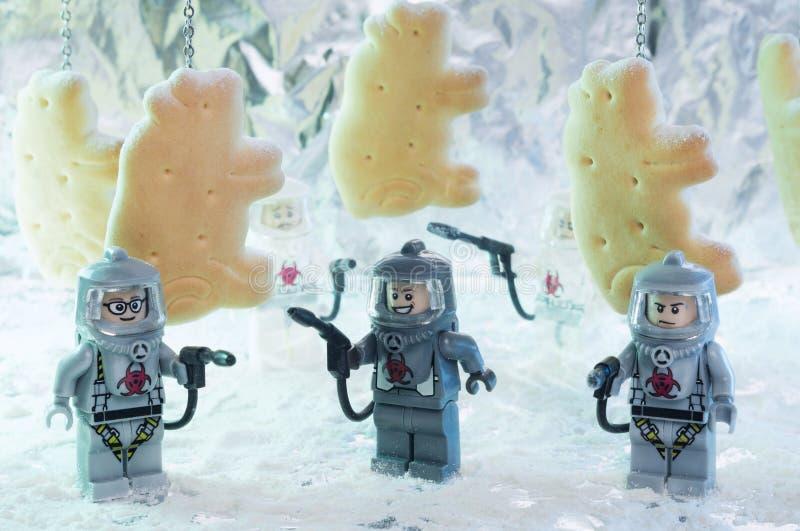 Estatuetas de LEGO em ternos do hazmat imagens de stock royalty free