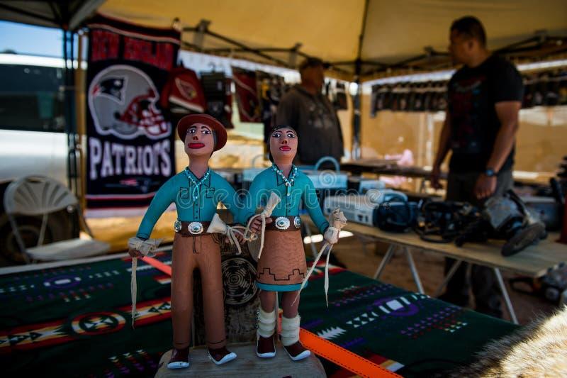 Estatuetas de um mercado do Navajo com o vendedor atrás fotos de stock royalty free