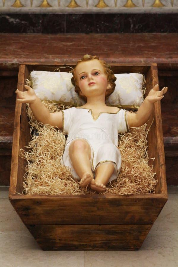 Estatuetas do bebê Jesus na cena tradicional da natividade imagem de stock royalty free