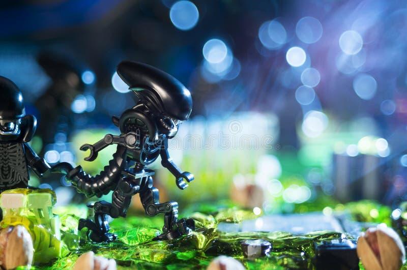 Estatuetas do filme de LEGO Alien fotografia de stock royalty free