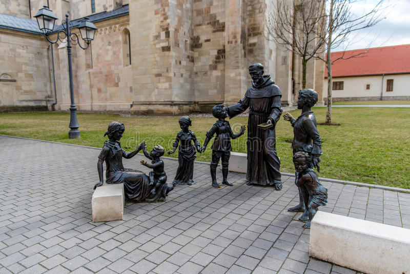 Estatuetas do padre e das crianças fotografia de stock