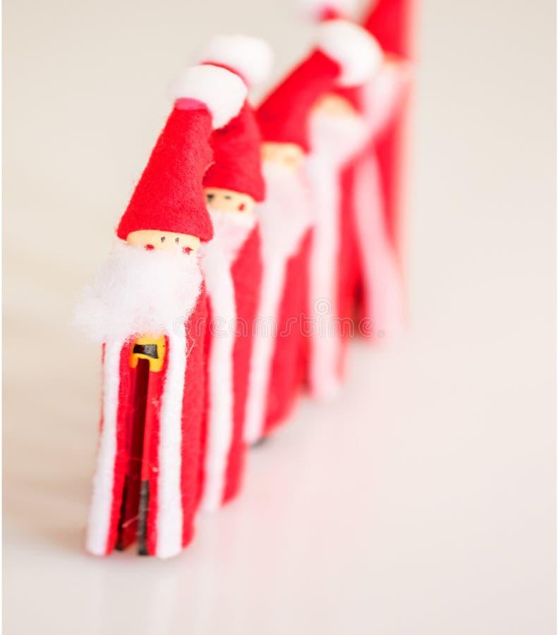 Estatuetas feitos a mão do Natal de Santa Clauses múltipla fotos de stock