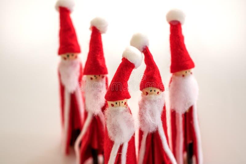 Estatuetas feitos a mão do Natal de Santa Clauses múltipla imagens de stock