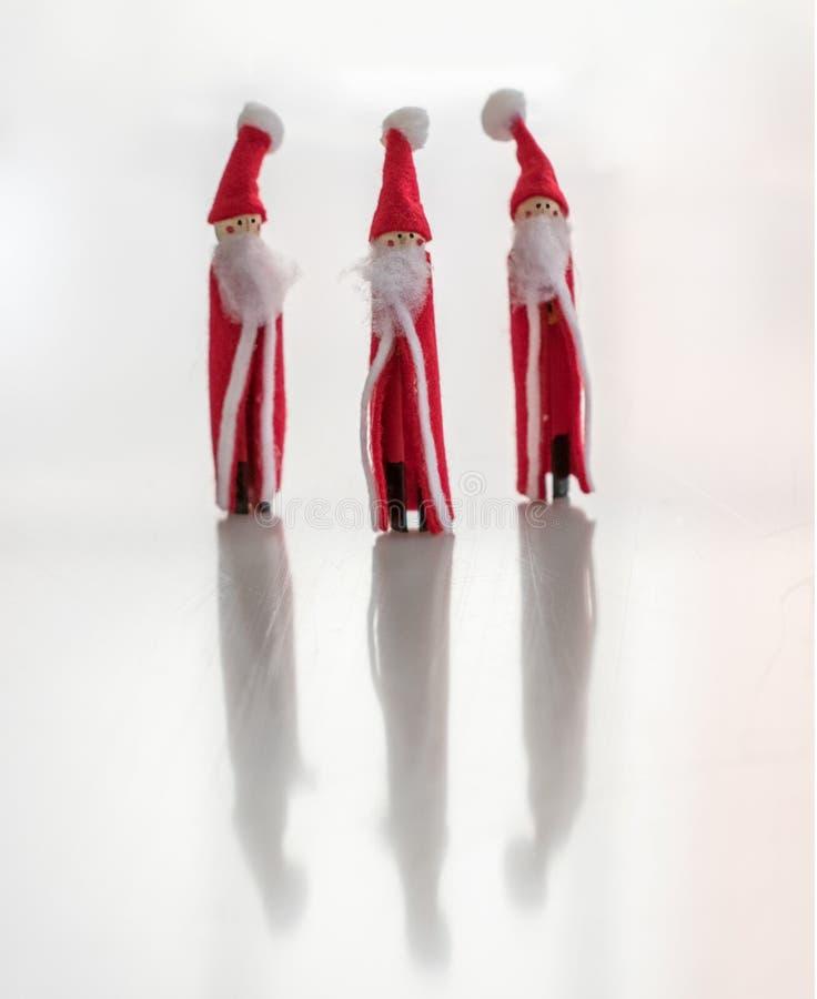 Estatuetas feitos a mão do Natal de Santa Clauses múltipla fotografia de stock royalty free
