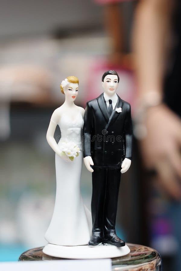 Estatuetas sobre o bolo de casamento imagens de stock