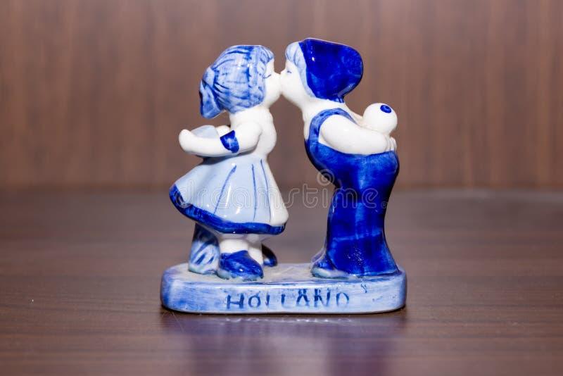 Estatuilla azul de la cerámica de Delft de pares holandeses que se besan fotografía de archivo