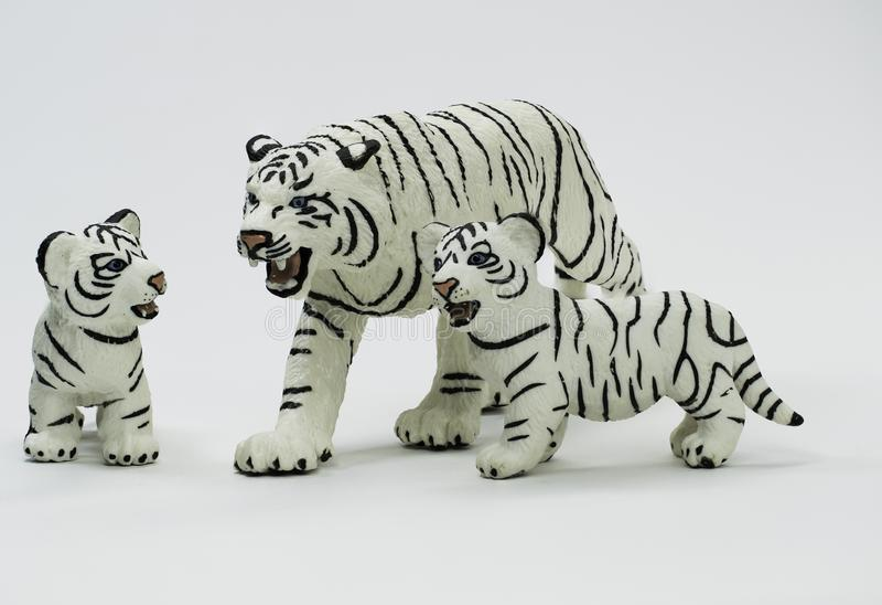 Estatuilla blanca de la tigresa que protege sus dos Cubs imagenes de archivo