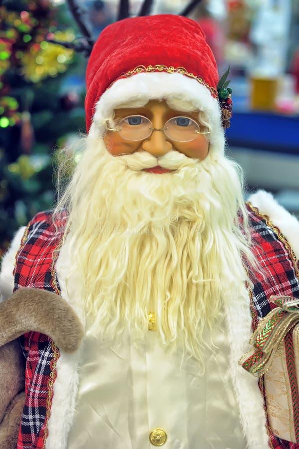 Estatuilla de Papá Noel en vidrios fotografía de archivo