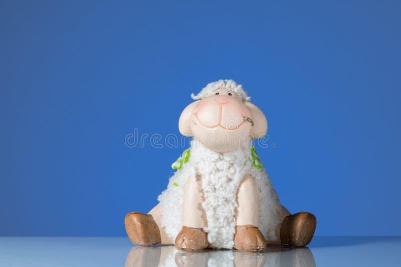 Estatuilla de un pequeño fondo de risa del azul de las ovejas imágenes de archivo libres de regalías