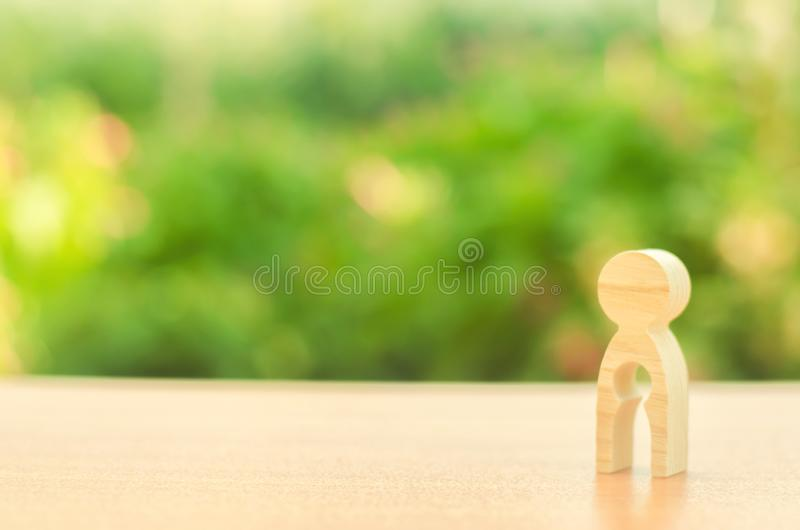 Estatuilla de una mujer con vacío dentro bajo la forma de niño concepto de la pérdida de niño, aborto del embarazo, aborto involu imágenes de archivo libres de regalías