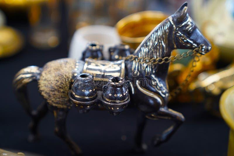 Estatuilla del caballo del metal en un bazar antiguo imagen de archivo libre de regalías