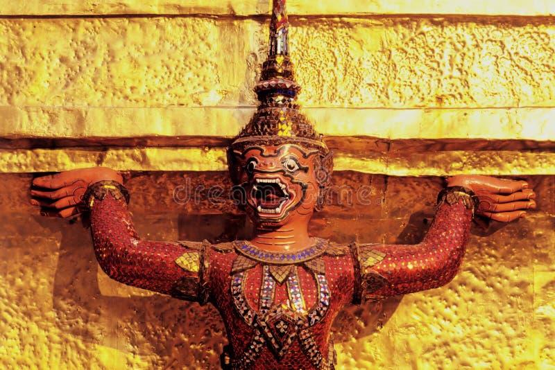 Estatuilla del guarda en templo tailandés imagenes de archivo