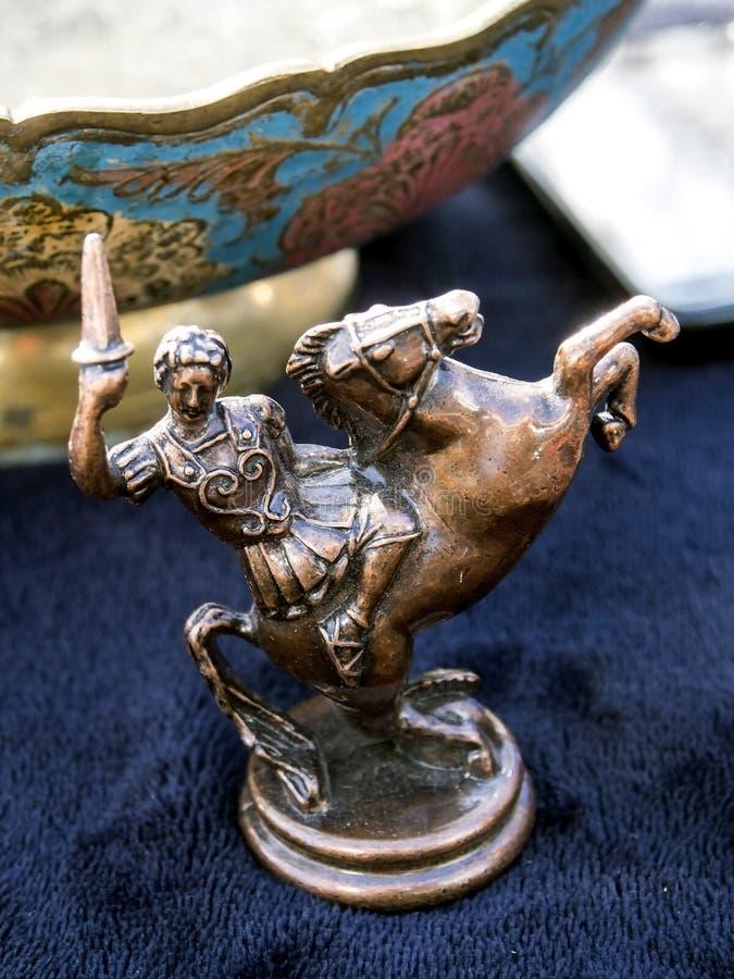 Estatuilla del metal de un guerrero griego en un caballo en un mercado de pulgas en Tbilisi fotos de archivo libres de regalías