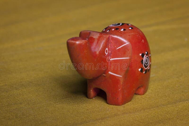 Estatuilla hecha a mano del elefante de África foto de archivo