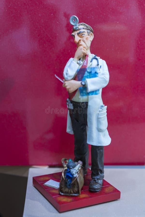estatuilla hermosa de la porcelana de un doctor de sexo masculino El doctor con el bolso fotografía de archivo libre de regalías