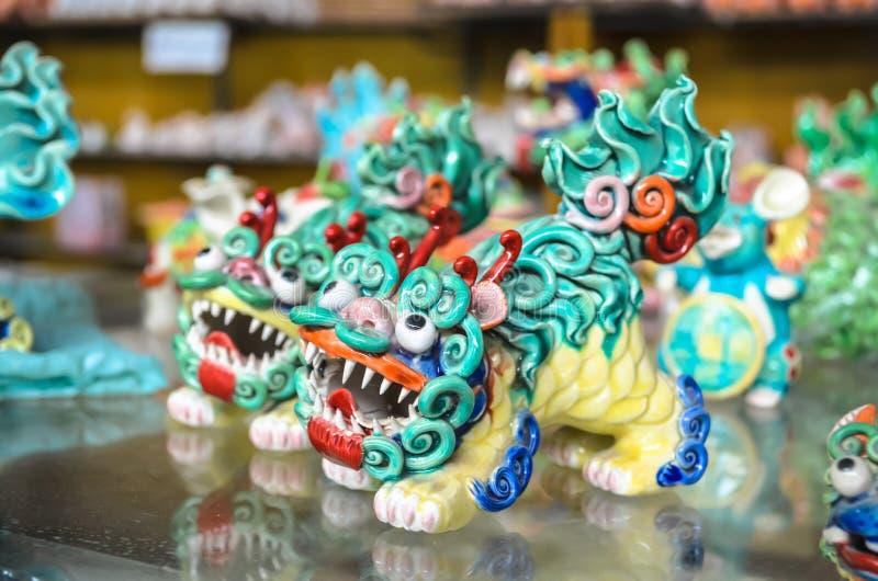 Estatuillas chinas coloridas tradicionales de la arcilla del dragón fotografía de archivo libre de regalías