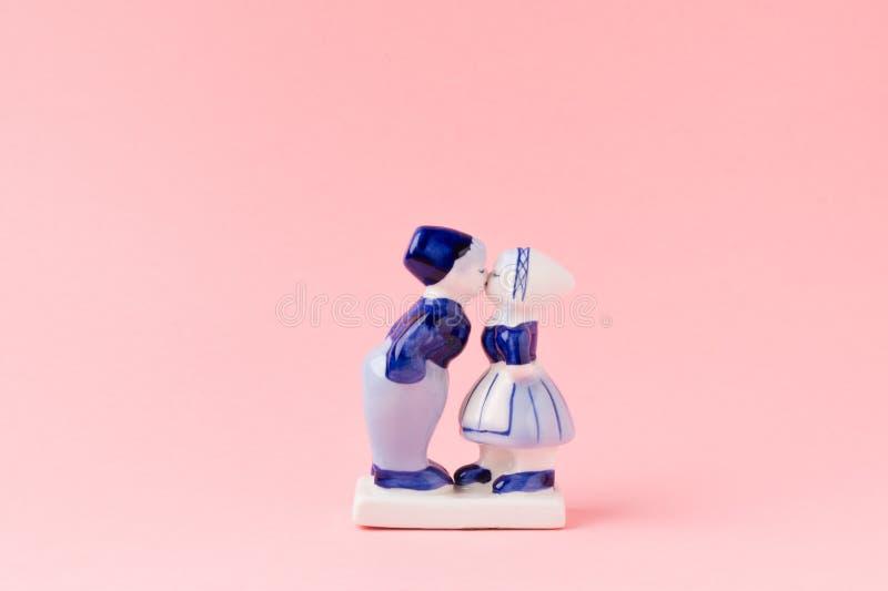 Estatuillas de la porcelana de besar el muchacho y a la muchacha en holandés nacional co fotografía de archivo libre de regalías