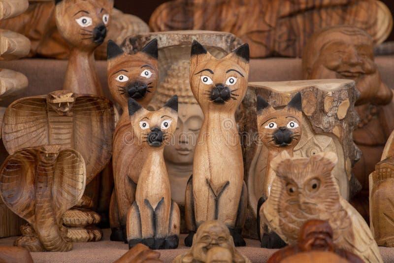 Estatuillas de madera del gato fotografía de archivo