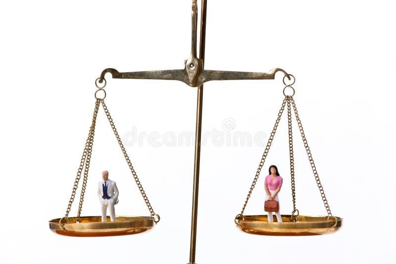 Estatuillas del hombre y de la mujer en escalas imagen de archivo libre de regalías