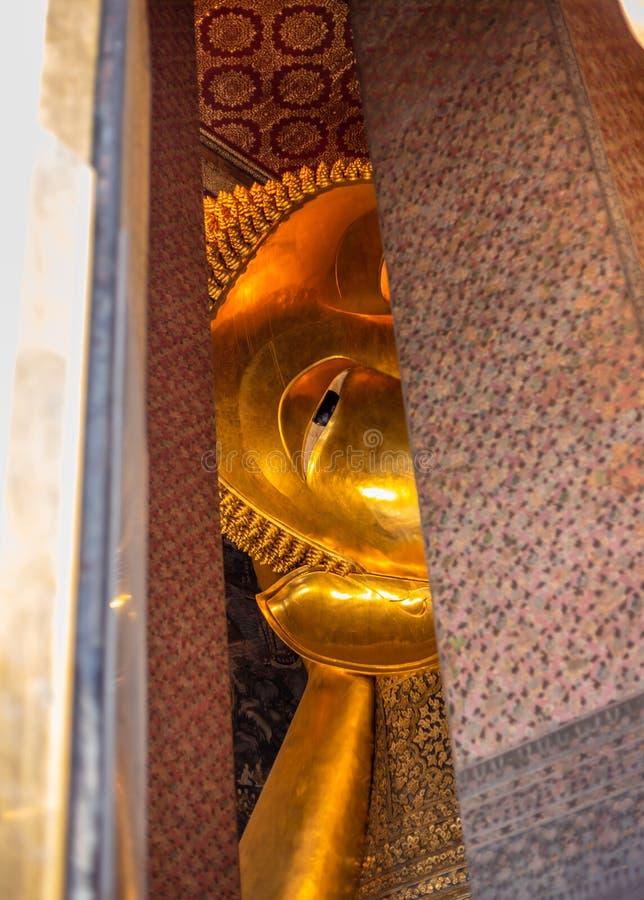 Estatura dourada da Buda, templo de Phra Kaew em Banguecoque imagem de stock royalty free
