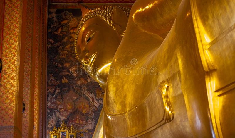 Estatura dourada da Buda, templo de Phra Kaew em Banguecoque fotos de stock