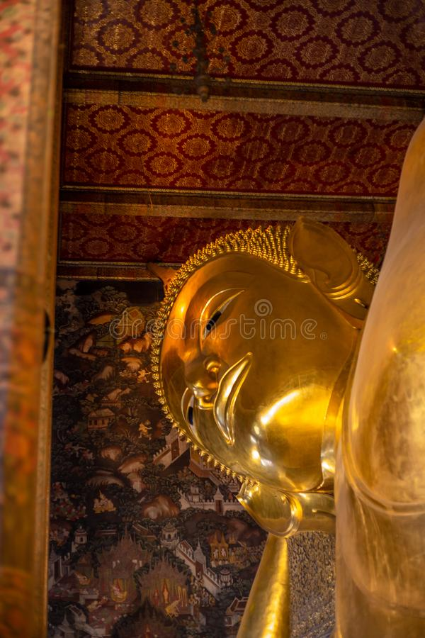Estatura dourada da Buda, templo de Phra Kaew em Banguecoque imagens de stock royalty free