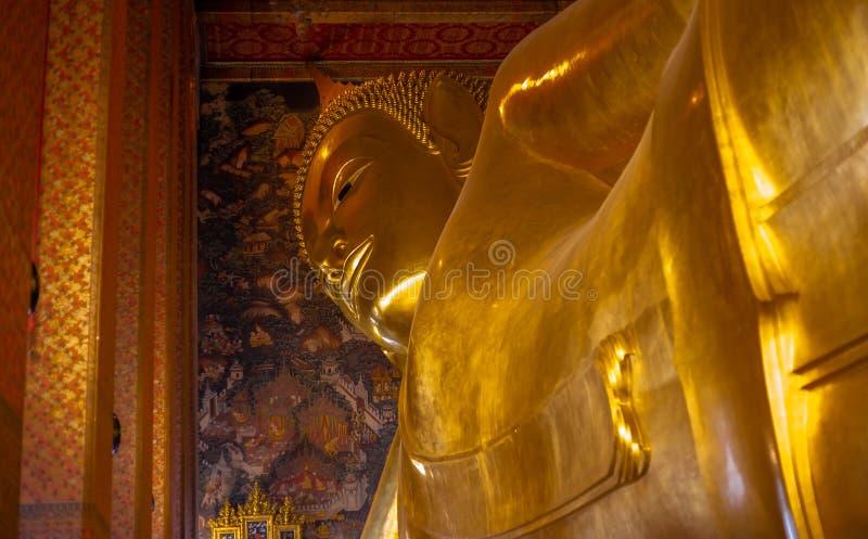 Estatura dourada da Buda, templo de Phra Kaew em Banguecoque imagem de stock