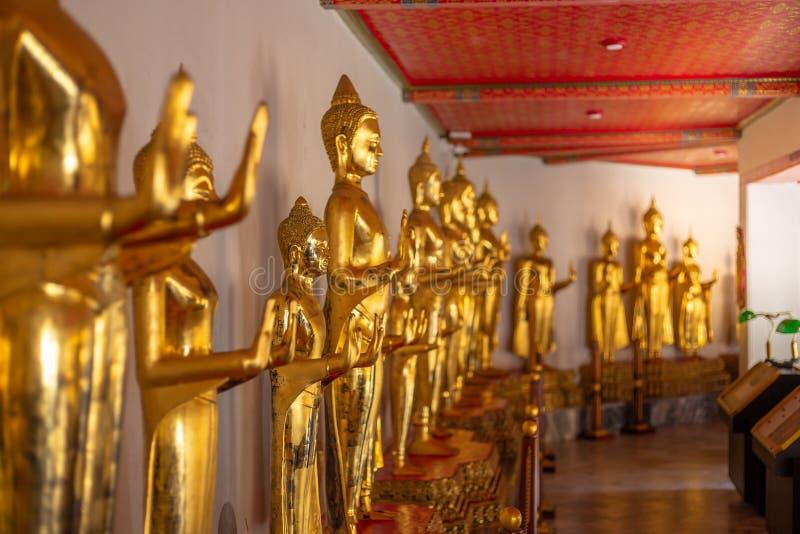 Estatura dourada da Buda, templo de Phra Kaew em Banguecoque fotografia de stock royalty free