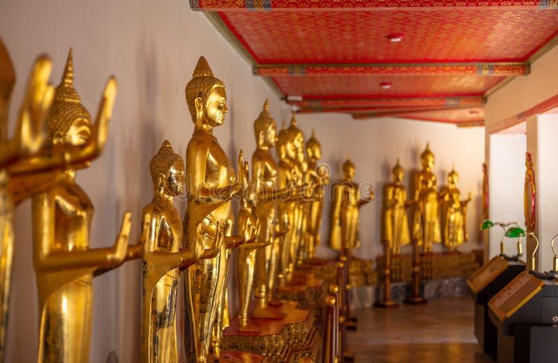Estatura dourada da Buda, templo de Phra Kaew em Banguecoque fotos de stock royalty free