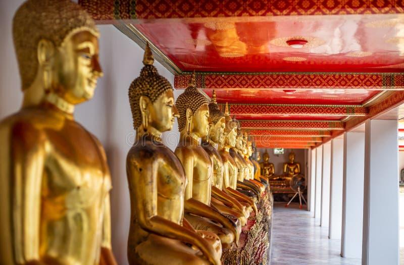 Estatura dourada da Buda, templo de Phra Kaew em Banguecoque foto de stock royalty free