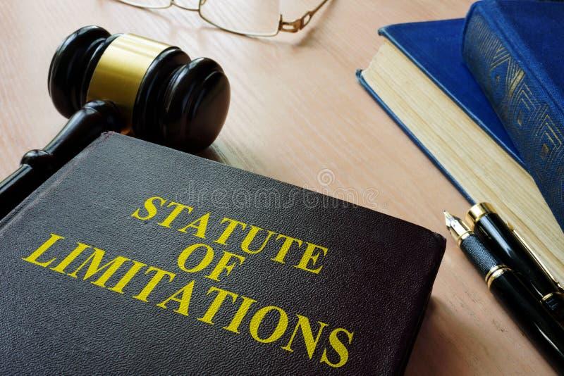 Estatuto del solenoide de las limitaciones en un escritorio de la corte fotos de archivo