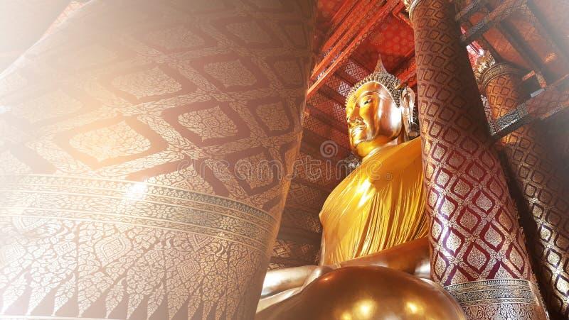 Estatuto dourado grande da Buda em Wat Phanan Choeng, Ayutthaya Tailândia foto de stock