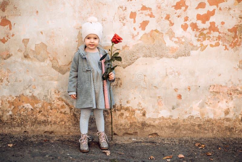 Este é primeiro amor crian?a pequena com rosa vermelha Inf?ncia feliz Forma retro Feliz aniversario casamento Menina dentro imagem de stock