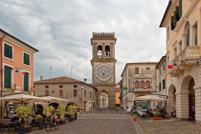 Este, Италия 24-ое августа 2018: башня с часами на главной площади в Este стоковые фото