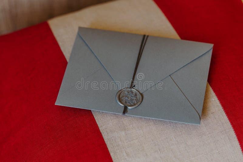 Este envelope é para você O cartão do convite do casamento encontra-se no fundo vermelho e branco decoração Conceito do convite c foto de stock royalty free